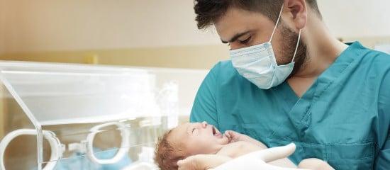 un-conge-de-paternite-plus-long-en-cas-d'hospitalisation-de-l'enfant